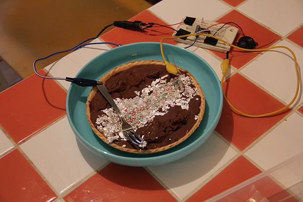 電導ケーキと食べられるブレッドボードの画像