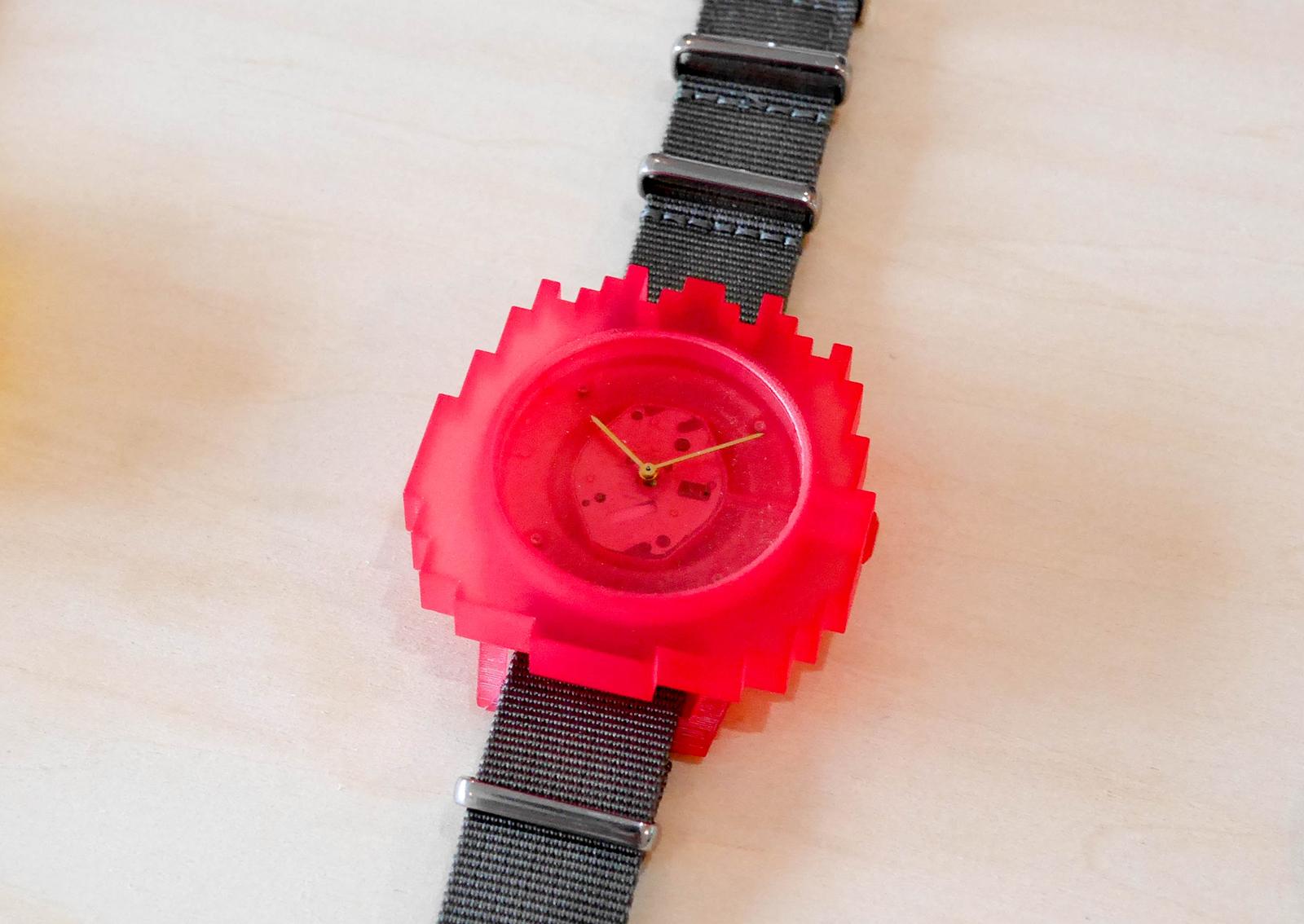 Starter Watchのデザイン例。ケースの色はクリア、黒、青、緑、ピンク、黄から、バンドの色は白、グレー、黒、赤、オレンジ、青から選べる