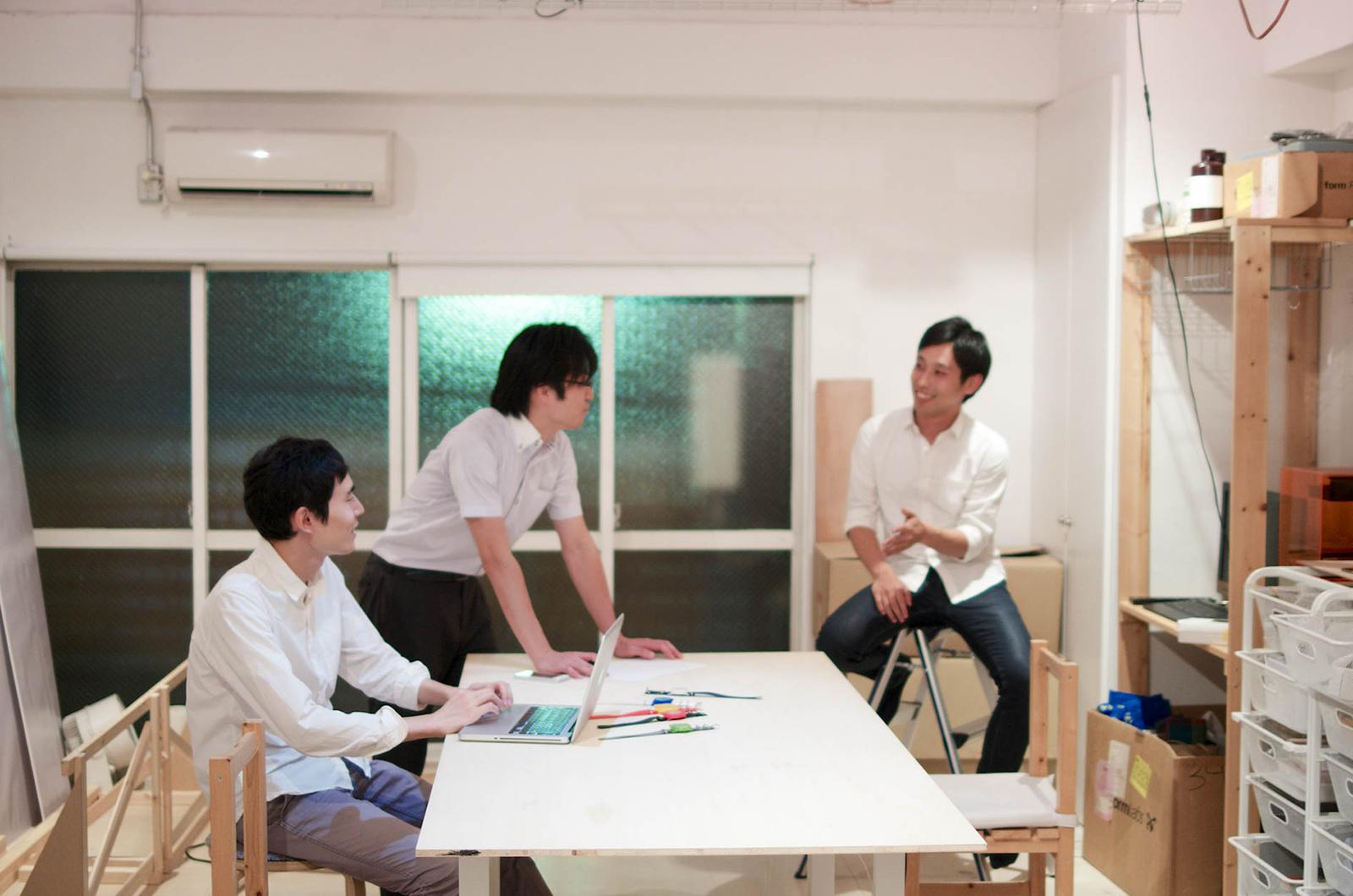 東京東部に所在するGinger Design Studioのスタジオ。ほとんどのテーブルや棚、イスなどの家具も自分たちで作ったもの