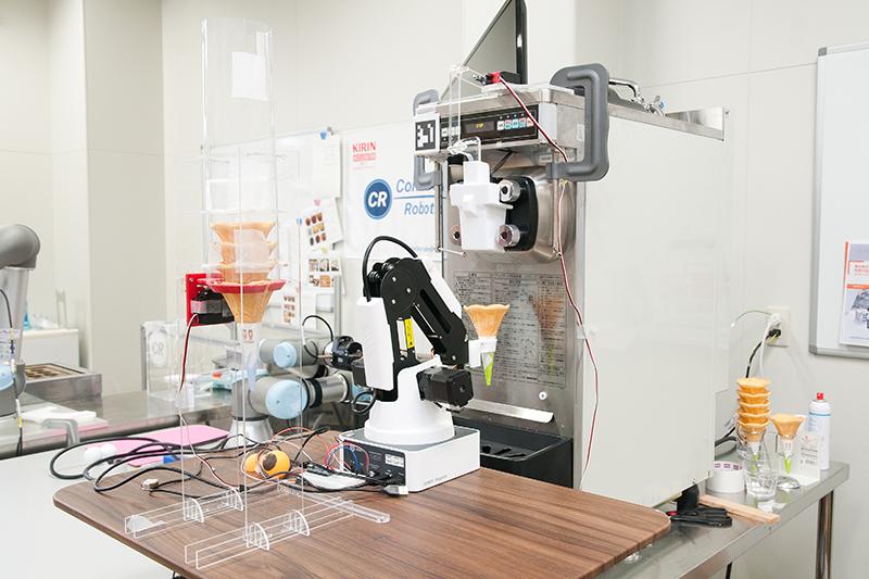 開発中のソフトクリームを作るロボット