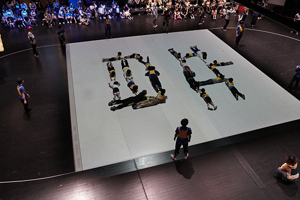 モニターに表示される文字を人が表現する「このもじな〜んだ?人文字クイズ」(撮影:塩見浩介、写真提供:山口情報芸術センター[YCAM])